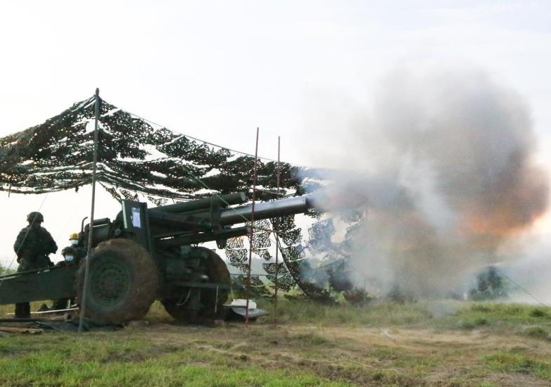 Soldiers firing Howitzer on Wednesday. (Penghu Defense Command photo)