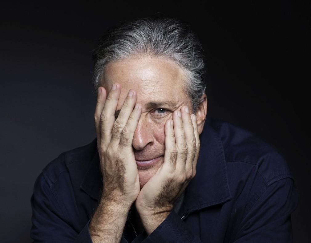 美國諷刺名嘴之一強史都華(Jon Stewart)日前做客深夜節目,站隊武漢病毒實驗室洩漏論。(圖/美聯社)