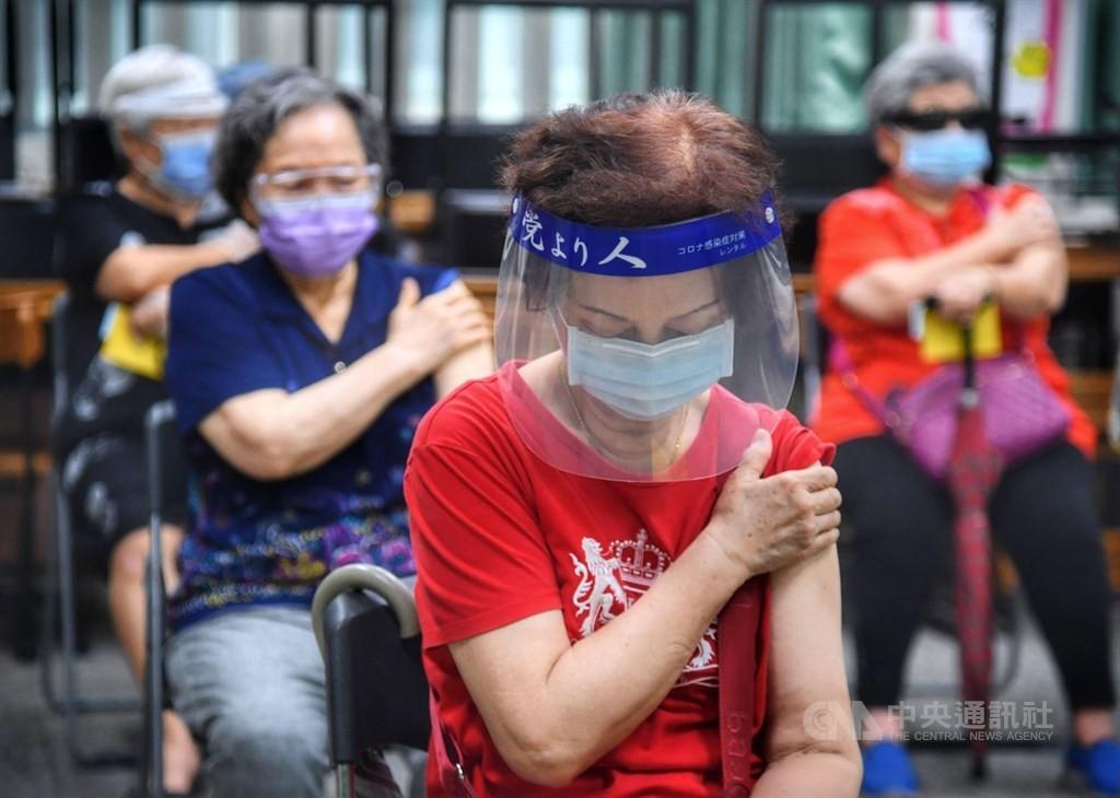 台北市20日起開放年滿75歲以上長者及65歲以上原住民預約施打疫苗。(圖/中央社)