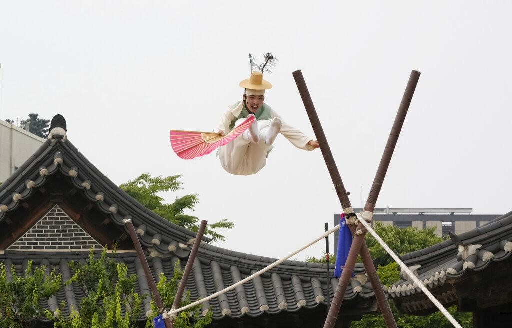 南韓雜耍藝人表演走繩索(圖/美聯社)