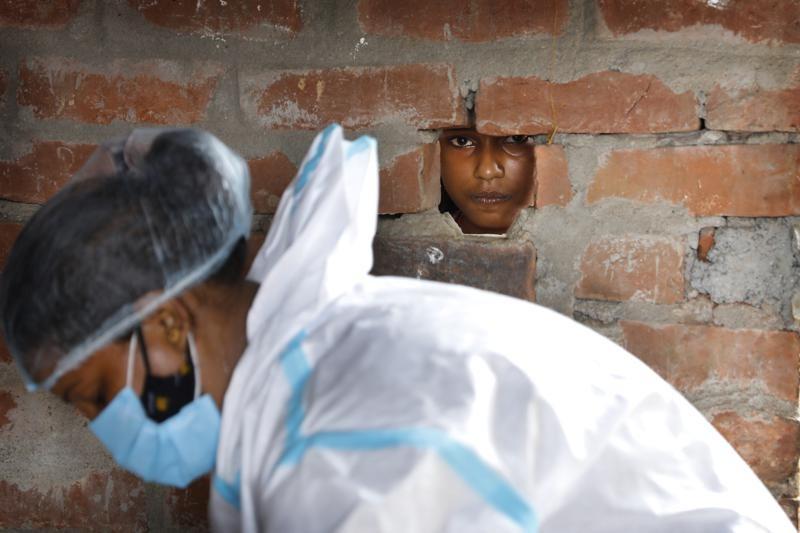 印度衛生人員準備COVID篩檢(圖/美聯社)