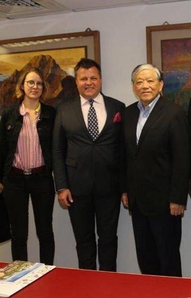 小泡芙愛好者立陶宛議員促捐台灣AZ疫苗 義美回贈20呎貨櫃滿載國民零食答謝