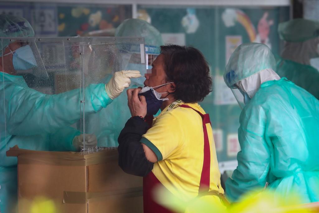 台北農產運銷公司爆發武漢肺炎群聚感染案,台北市政 府緊急成立萬大國小快篩站。