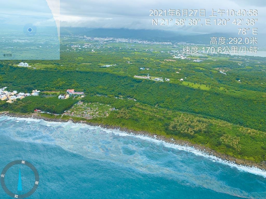 Oil slick as seen from air running from Shanhai Beach to Hongchaikeng. (OAC photo)