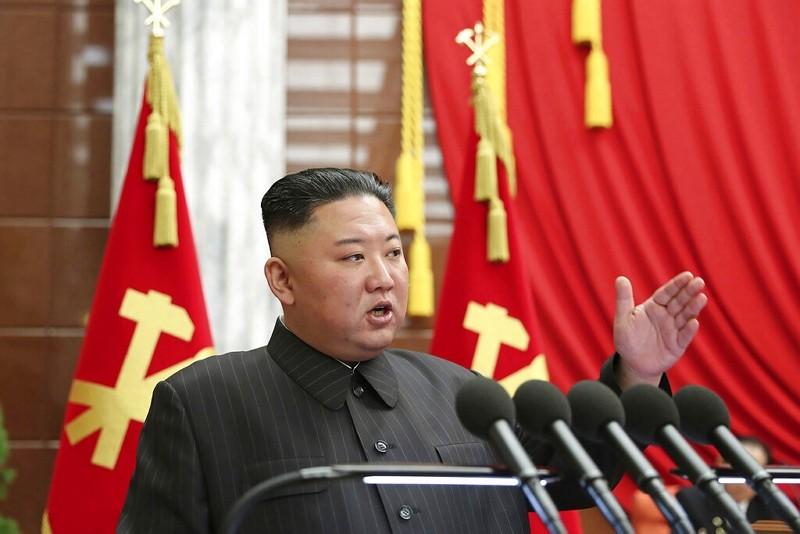 北韓領導人金正恩2021年6月29日在勞動黨中央委員會政治局會議中發表談話(圖/美聯社)
