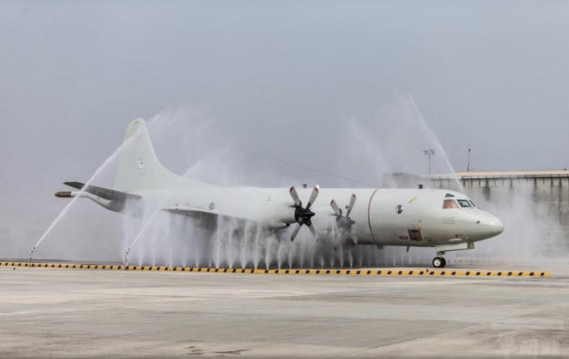 空軍屏東基地建置全國唯一大型航空器清洗沖淋站,6分鐘內完成沖洗清潔P-3C反潛機、C-130H運輸機,一次完成去污、除鹽。(軍聞社提供)...