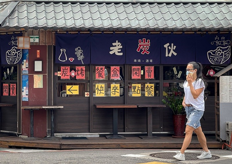 武漢肺炎(2019冠狀病毒疾病,COVID-19)疫情衝擊國內餐飲市場,許多餐廳因暫停內用服務生意大幅下滑,許多餐飲業者都像台北市東區這...