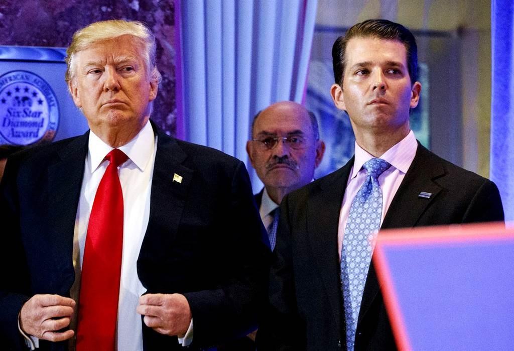 紐約曼哈頓大陪審團30日已對川普集團(Trump Organization)及財務長懷索柏格(Allen Weisselberg,圖片右前...
