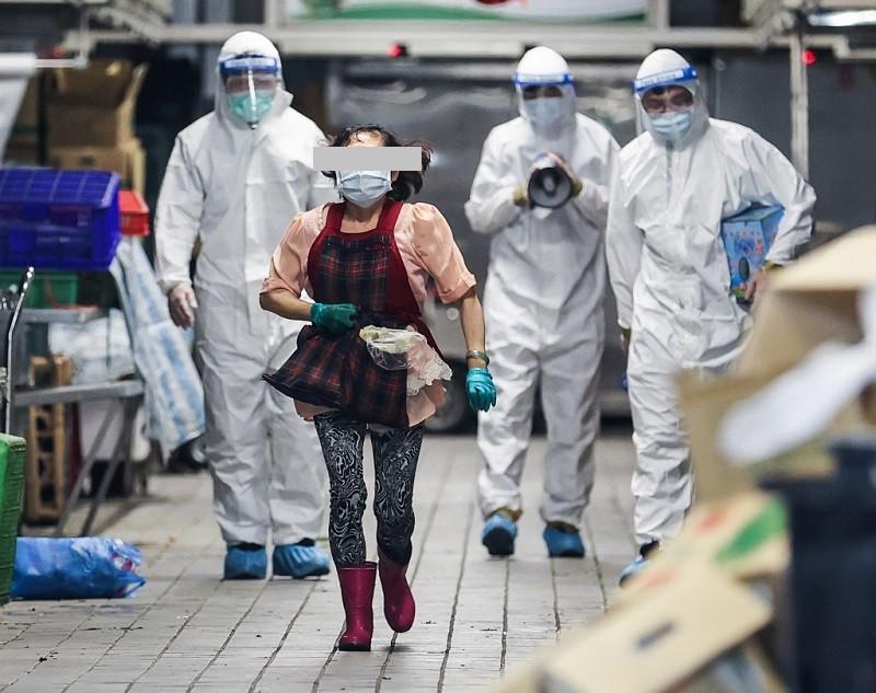 台北市環南市場經篩檢後有41名攤商PCR陽性,北市府2日緊急宣布休市清消,攤商火速離開市場。 中央社/TN後製