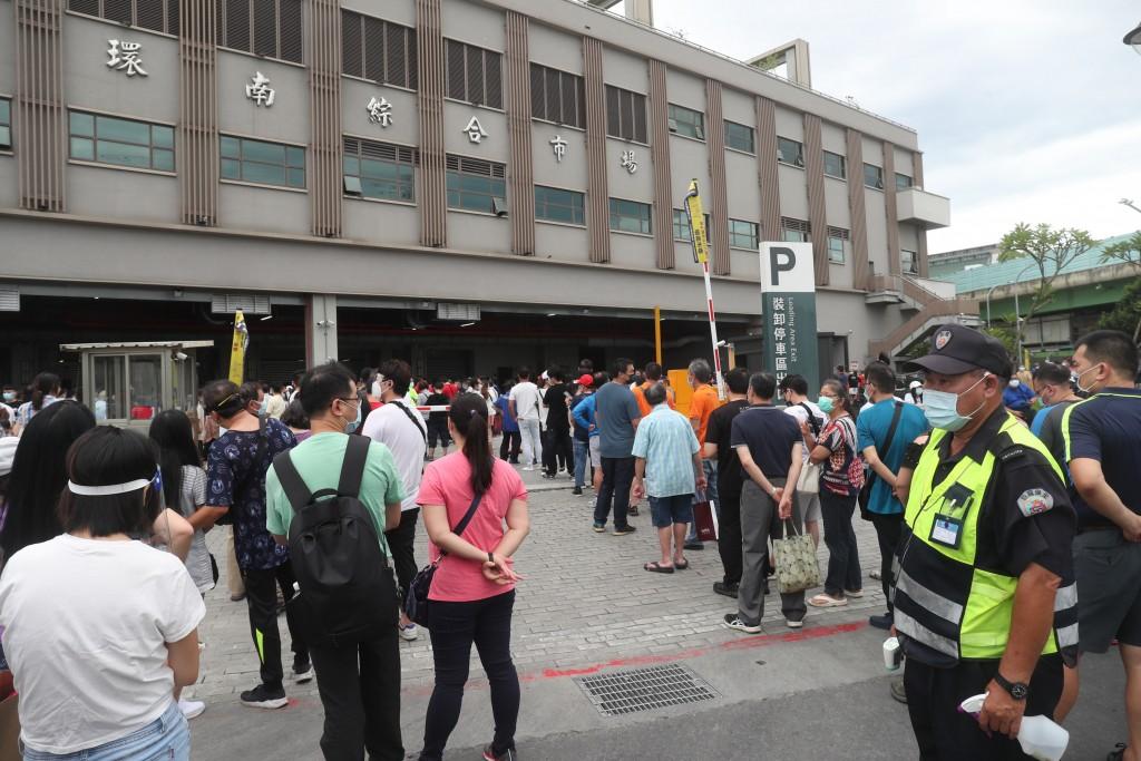 北農爆發COVID-19群聚感染,位於萬華的環南市場陸續有攤商確診,6月28日環南市場相關人員排隊等候搭乘接駁車至醫院打疫苗。