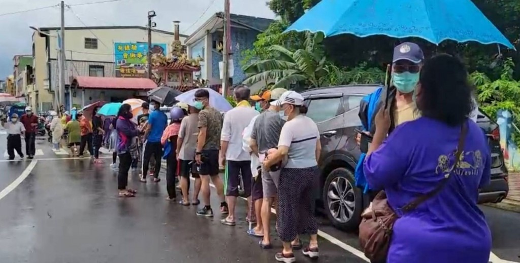 Lining up for COVID testing in Pingtung County on June 27