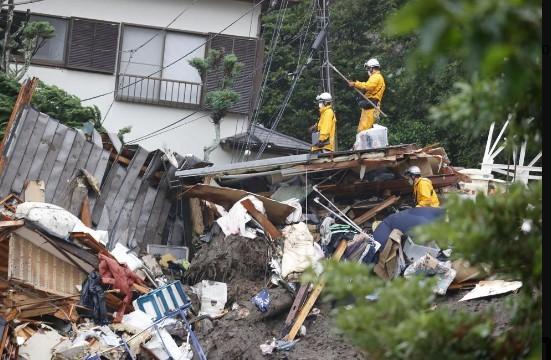 日本靜岡縣熱海市3日因降雨發生大規模土石流災情。(圖/美聯社)