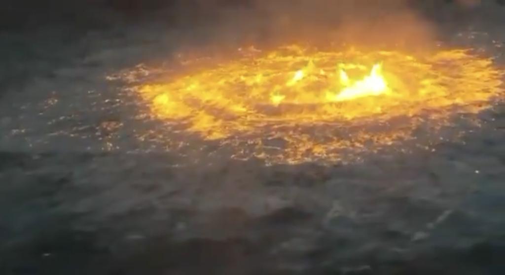 """墨西哥灣海面2日發生一起大火,大海失火宛如「火眼」的畫面引發全世界網友討論。(截圖自<a href=""""https://twit..."""