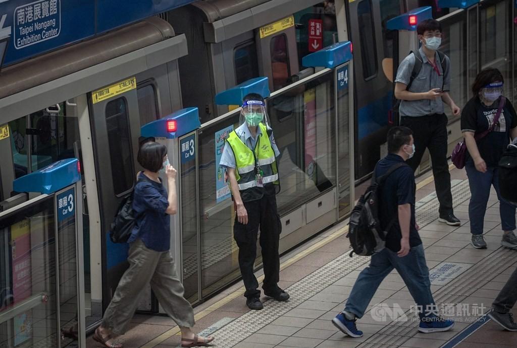 台北市副市長蔡炳坤4日表示,5日開始將讓北捷第一線人員接種疫苗,第一批包含站務、清潔及保全人員等500人。(圖/中央社)