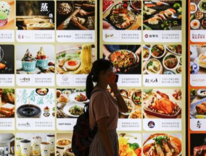 餐飲業營收受疫情與「內用禁令」衝擊,速食店因外帶型態逆勢成長。(圖/中央社)