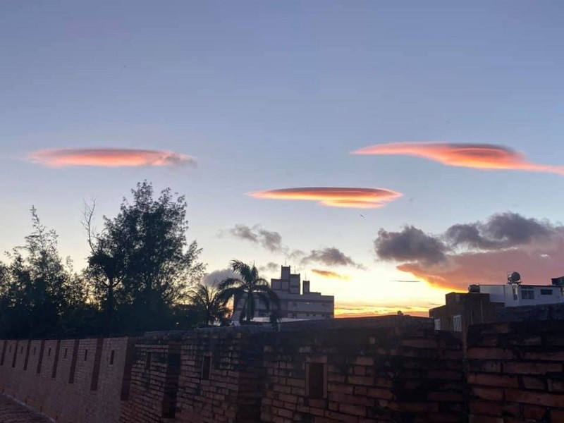 恆春民眾4日傍晚拍到美麗飛碟雲景象,律師張怡還將照片分享在臉書。恆春氣象站5日表示,飛碟雲形成與風速及水氣有關。(張怡提供)中央社