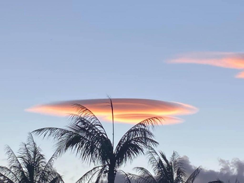 【颱風•大雨前兆】南台灣恆春 出現令人驚艷「飛碟雲」