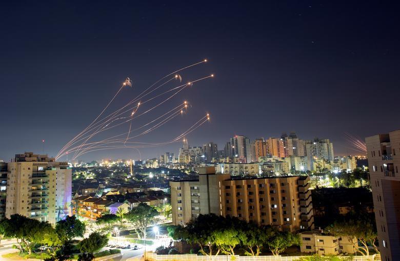 圖為今年5月以巴衝突。以色列「鐵穹」(Iron Dome)防禦系統有效攔截哈瑪斯(Hamas)火箭(圖/路透社 檔案圖片)