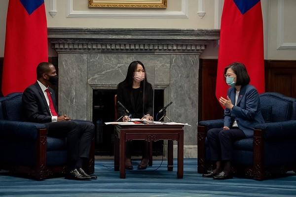Ambassador Penn (left), President Tsai (right). (Office of the President photo)