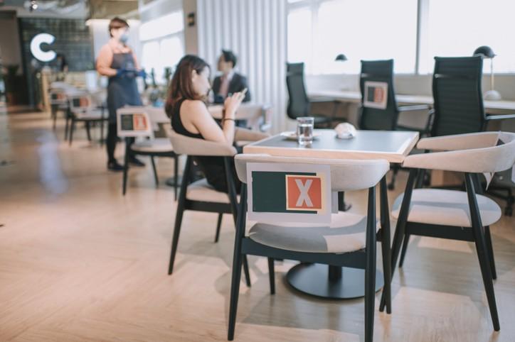 台灣本土疫情趨緩,有傳言指揮中心將開放部分行業和公布防疫新指引,例如餐飲業內用。(示意圖/Getty Imgages)
