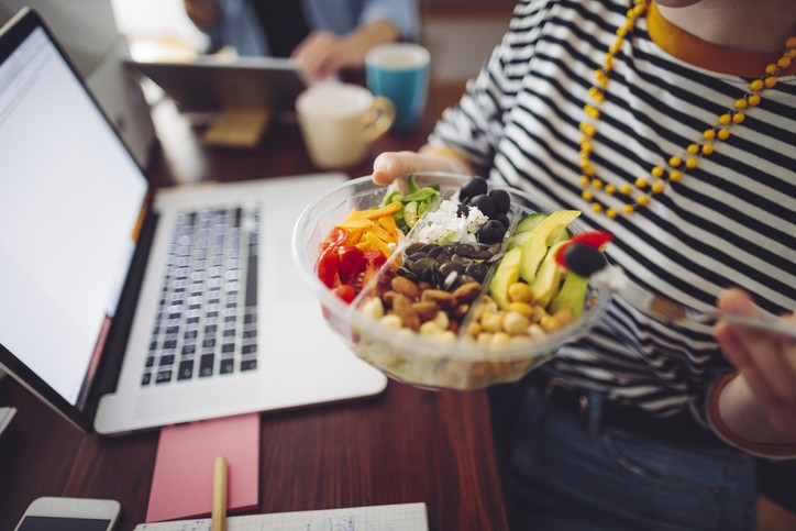 長時間不出門,很多人會靠吃打發時間,尤其在疫情當下,更利用吃來穩定情緒,導致三餐不規律,作息混亂,體重直線上升。 (示意圖/Getty I...