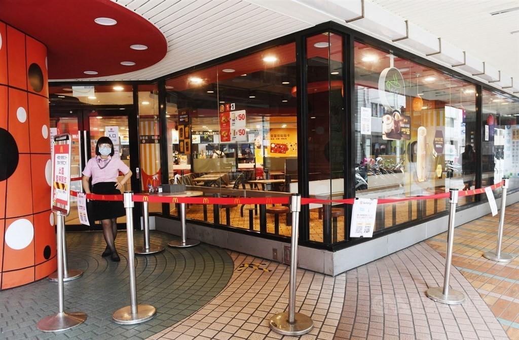 7/13起餐飲業內用規定鬆綁,但速食業者麥當勞及頂呱呱都宣布,仍持續暫停內用到7月26日。(中央社檔案照片)