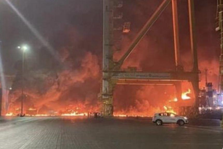 杜拜的傑貝阿里港(Jebel Ali Port)7日驚傳有貨櫃船爆炸起火,方圓25公里的建築物都受到撼動。(圖/Twitter)
