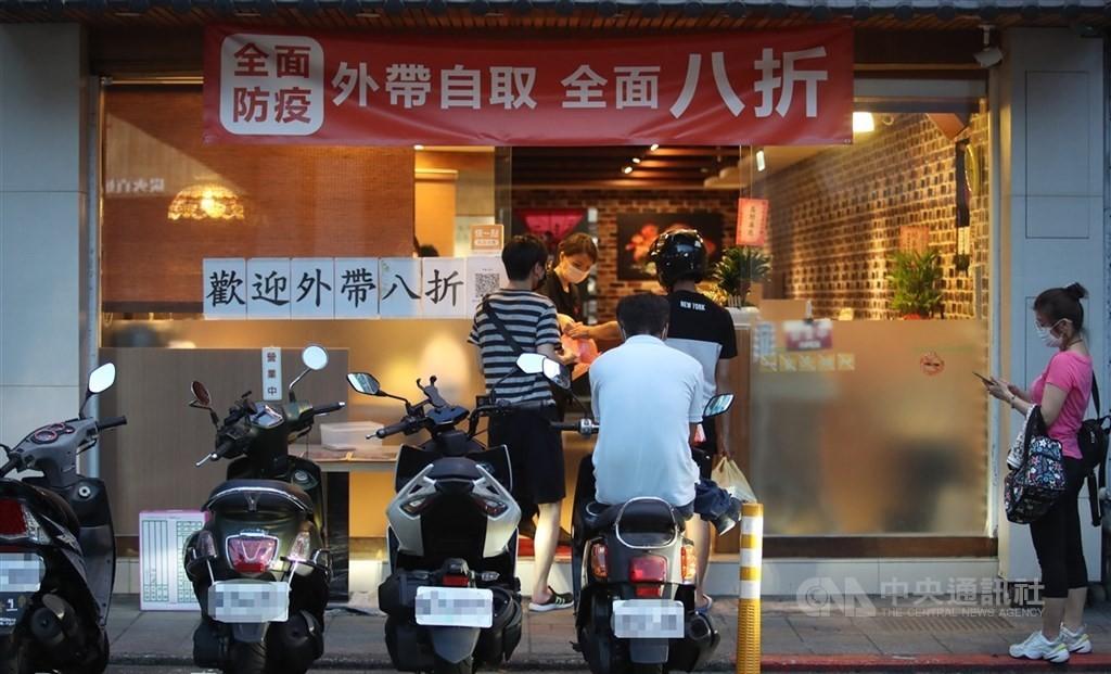 竹竹苗地區餐飲業仍禁內用、限外帶。(圖/中央社)