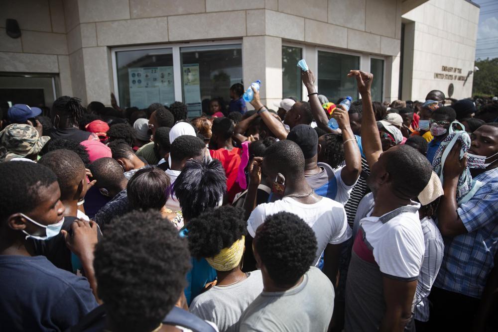謠言指美國將發予人道護照,海地人民蜂擁至美國大使館(圖/AP)
