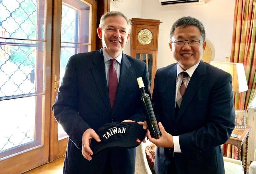 Charge d'affaires of U.S. embassy in Hungary Marc Dillard and Taiwan envoy to Hungary Liu Shih-chung. (Facebook, Taipei Representative Office in H...