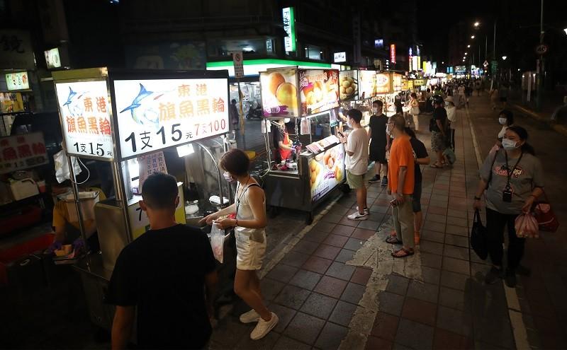 台北市政府指出,雖然中央宣布微解封,但北市餐飲業、夜市、百貨美食街等仍維持禁止內用,只能外帶或外送。中央社