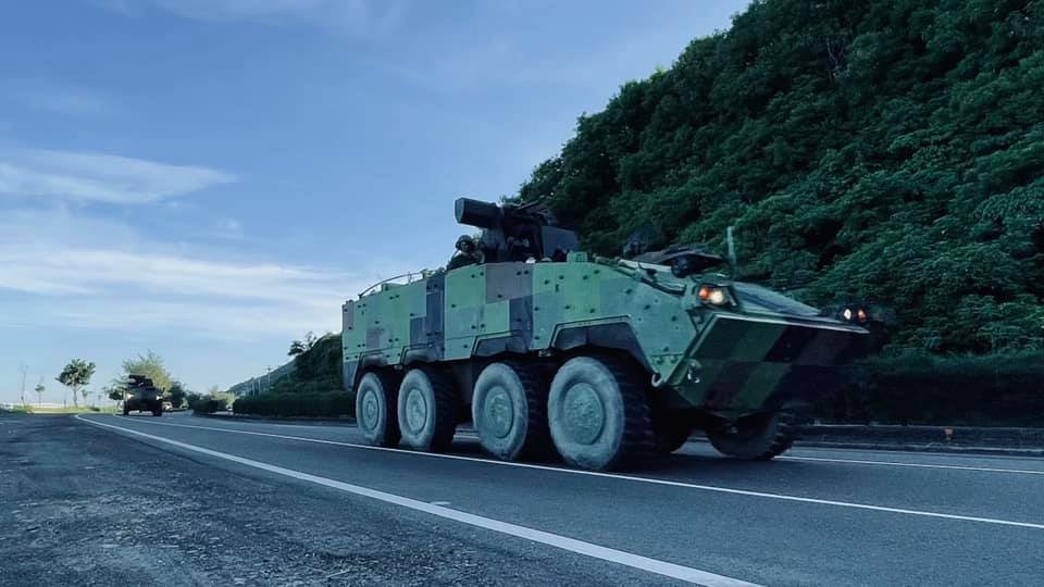 Clouded Leopard armored vehicles on Taiwan's roads Wednesday morning (Facebook, armygo.333r photo)