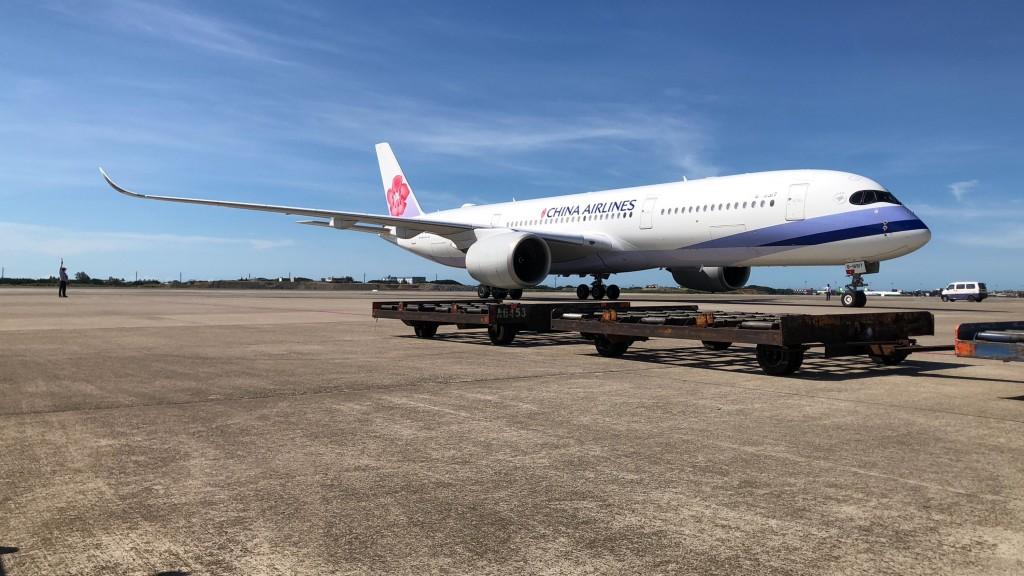 台灣自購的最新一批AZ疫苗約56萬劑,15日下午3時12分運抵桃園國際機場。