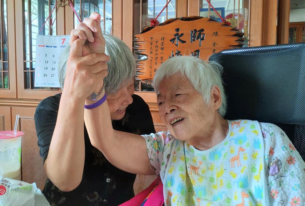 黃惠美女士和家人為長輩們製作生命感恩回憶錄,公婆及媽媽都相當感動。(照片來源:新北市教育局提供)