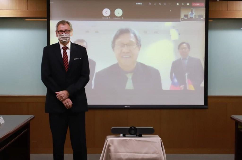 駐德代表謝志偉(中)與德國在台協會王子陶處長(左)線上合照。(照片由外交部提供)