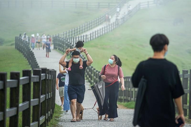17日是疫情微解封後首個週末假日,台北地區天氣晴朗,不少民眾帶著孩子到陽明山擎天崗踏青。中央社