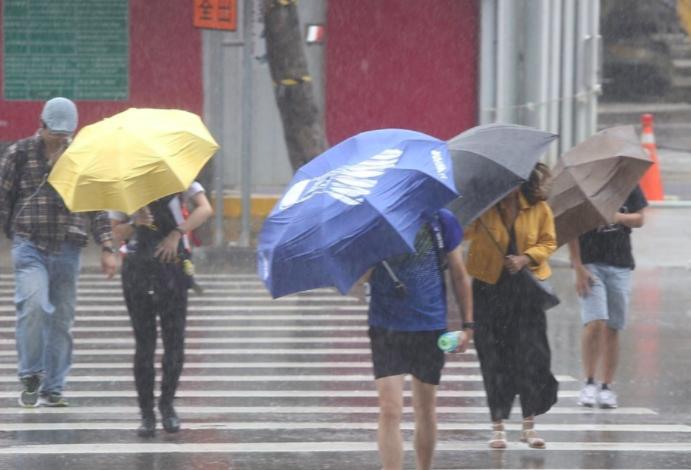 輕颱烟花恐影響台灣,許多在家上班的民眾關心是否能放颱風假,勞動部表示,由於沒有通勤必要,就算地方政府宣布放假,仍不可以此為由拒絕上班。(圖...
