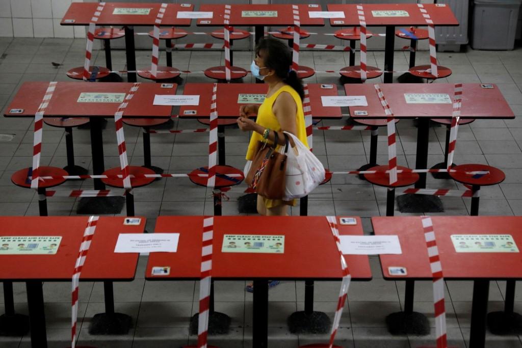 新加坡今(20日)再度宣布封城,並加強防疫政策,禁止民眾於餐廳內用。(圖/路透社)