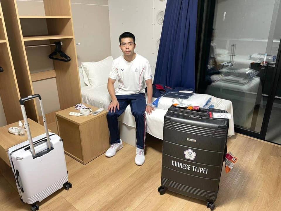 Chuang Chih-yuan sits on his cardboard bed. (Facebook, Chuang Chih-yuan photo)