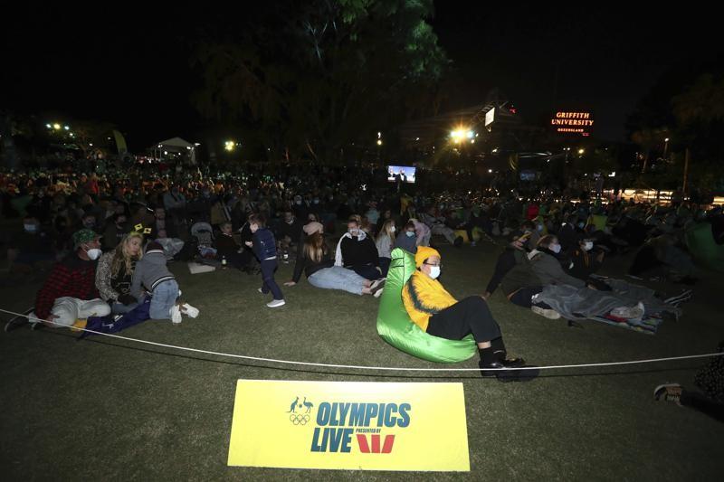 民眾聚集在澳洲布里斯本聆聽奧委會宣布2032年的夏季運動會主辦權。(圖/美聯社)