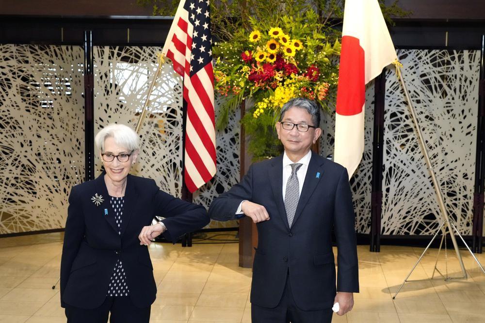 美國副國務卿雪蔓7月20日與東京和日本外務省事務次官森健良(Mori Takeo)合照。(圖/美聯社)