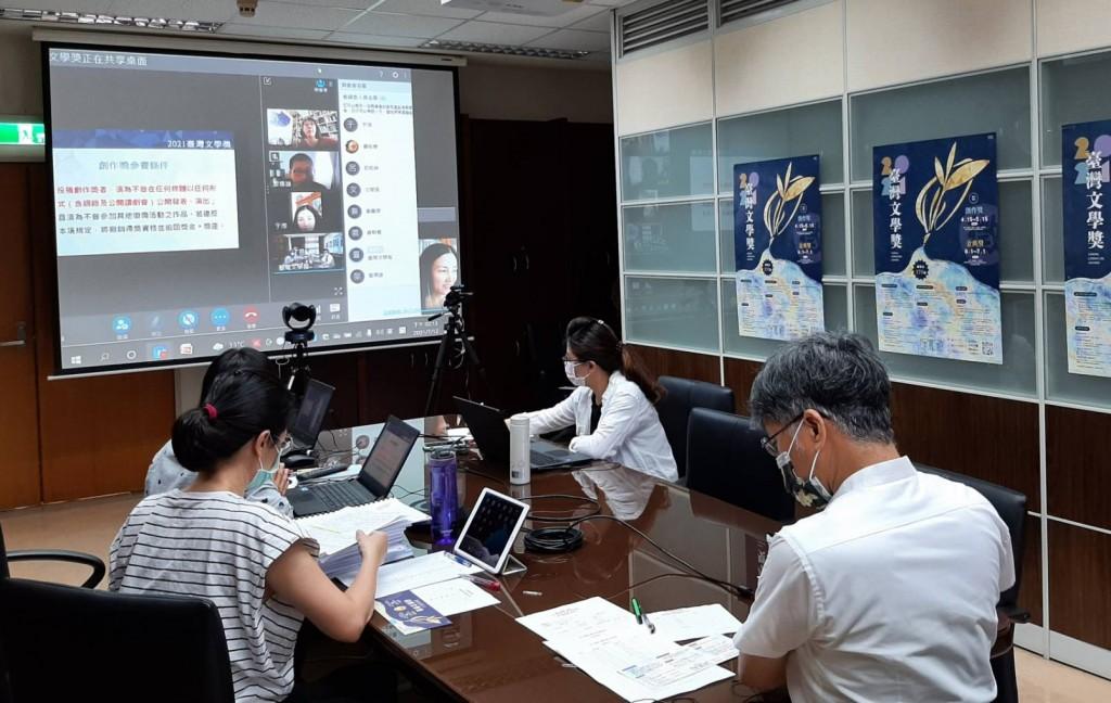 台灣文學獎評審團視訊討論參賽作品。(國立台灣文學館提供)