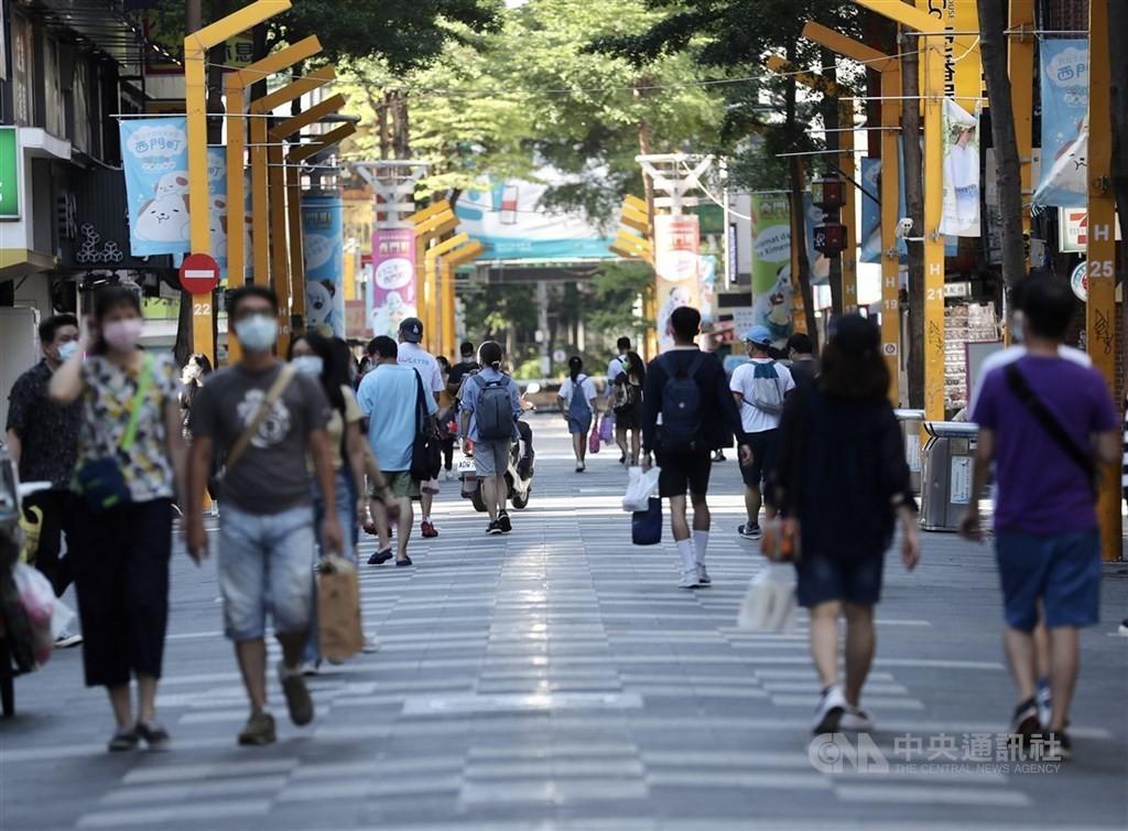 行政院長蘇貞昌23日召開政院擴大防疫會議,拍板27日起調降為二級警戒。(圖/中央社)