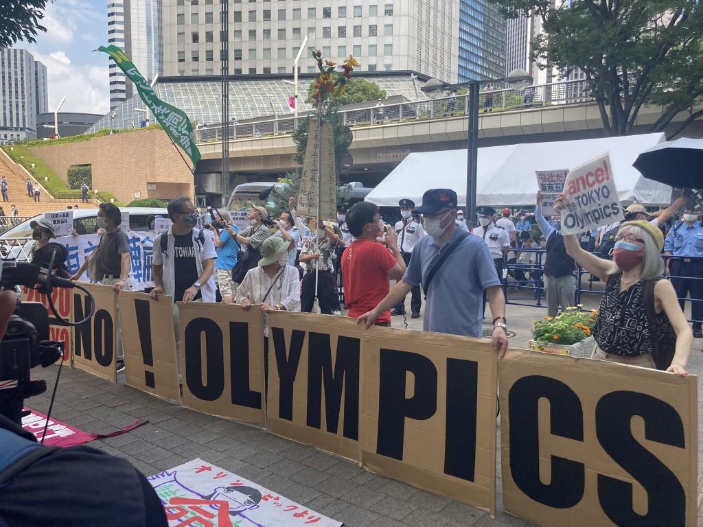 """東京奧運今(23)日揭幕,反對者聚集在市政大樓前抗議,要求停辦。(圖/<a href=""""https://twitter.com/julia..."""