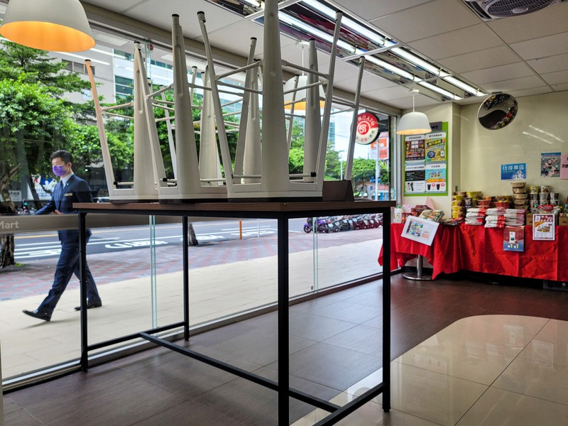 Indoor dining at restaurants and convenience stores in Taipei and New Taipei will remain banned for at least a week after July 26.