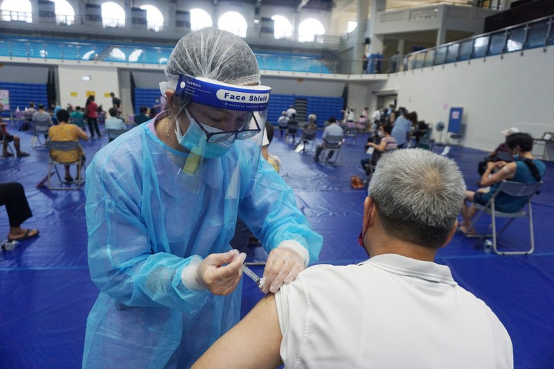Vaccinating residents of the outlying island of Kinmen Friday.