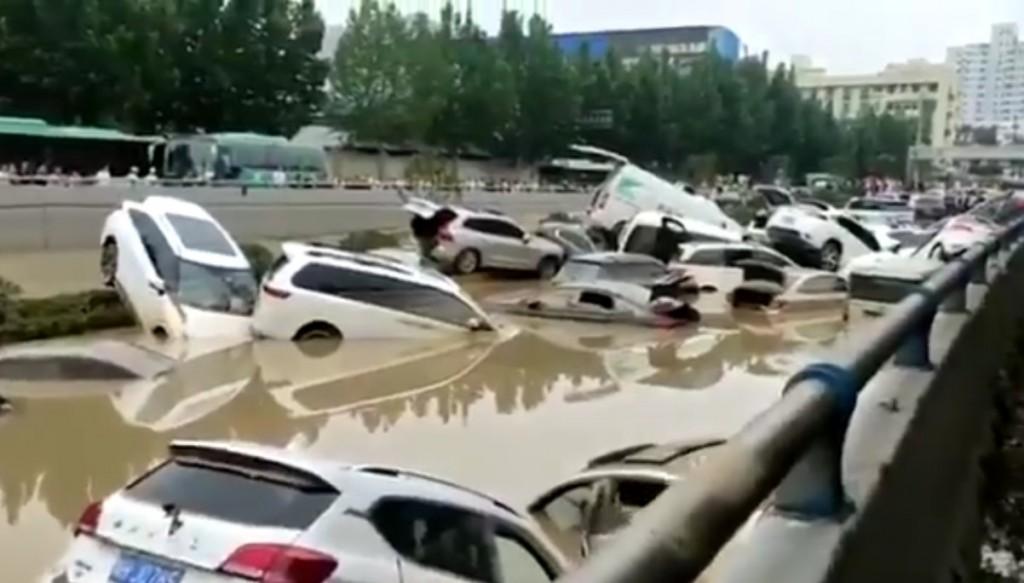因連日暴雨,中國河南省鄭州市區南北交通大動脈「京廣隧道」遭洪水吞沒。(截圖自「巴丟草 Badiucao」的推特)