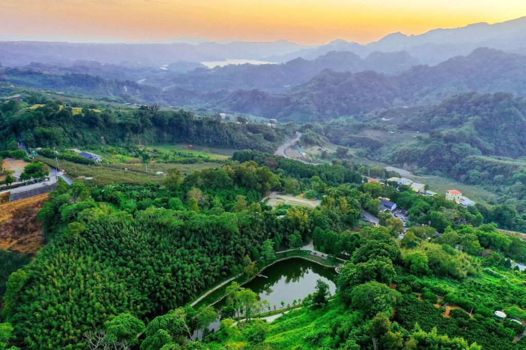 已有百年歷史的「官道埤」在農村再生協助下風華再現,成為體驗苗栗老官道風情的必遊景點。(照片由水土保持局提供)
