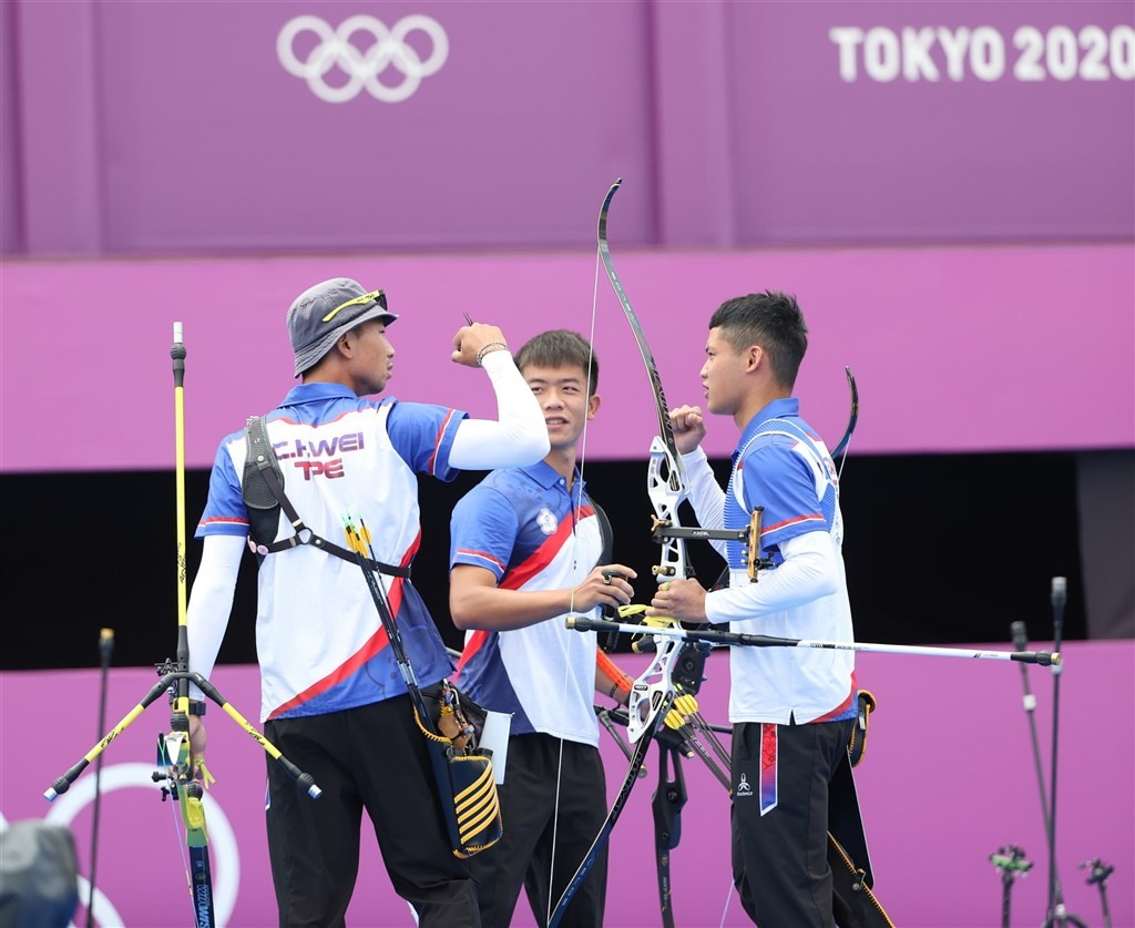 Taiwan men's archery athletes celebrate win over China. (Sports Administration photo)