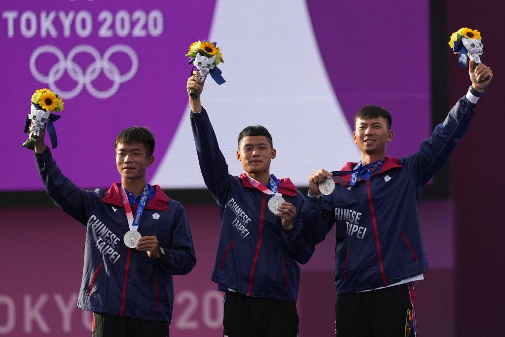 圖為26日東奧頒獎典禮, 自左至右分別為鄧宇成、湯智鈞、魏均珩(美聯社)